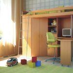 детская кровать-чердак с небольшим столом