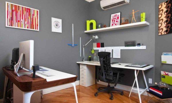 компьютерный стол с полками над ним на стене