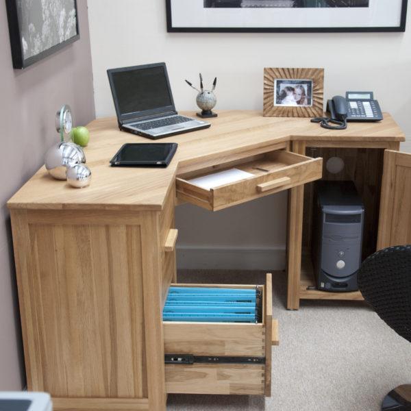 угловой компьютерный стол из светлого дерева