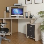 угловой компьютерный стол с полочками