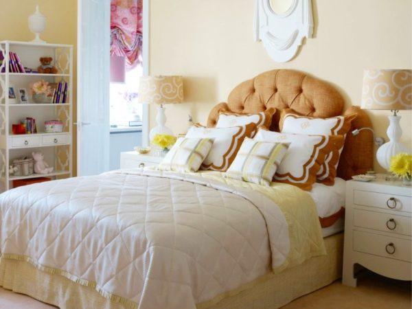 Кровать с мягкими подушками