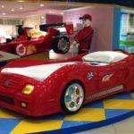 кровать-машина красная на подиуме