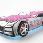 кровать-машина с розовым одеялом