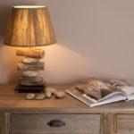настольная лампа из камней и дерева