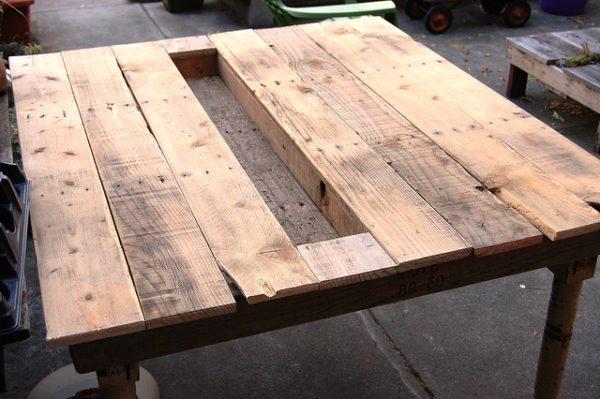 стол с небольшой клумбой