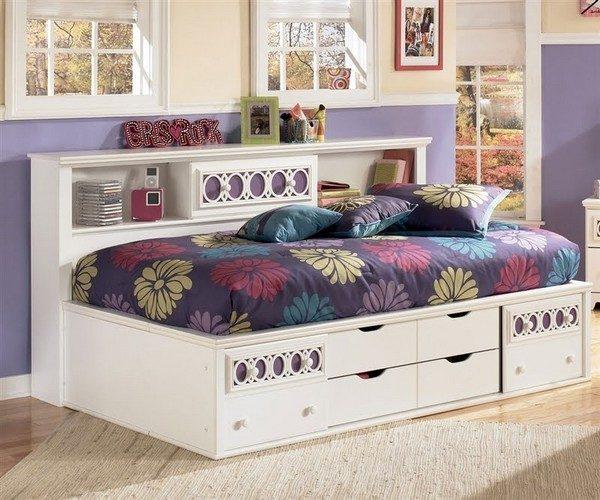 кровать для подростка с оригинальным постельным бельем
