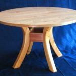 круглый стол из древесины