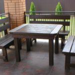 самодельный темный стол и скамейки