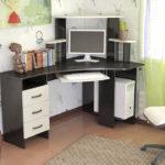 черно-белый компьютерный стол