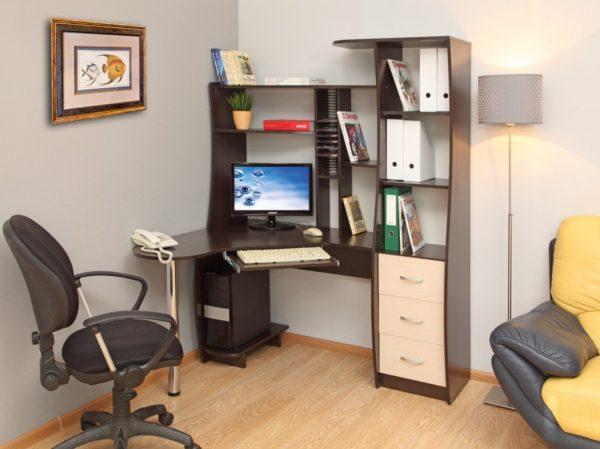 черно-белый компьютерный с полками в потолок