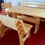 стол и скамейки из светлой древесины