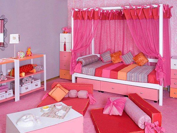 яркая кроватка для девочки