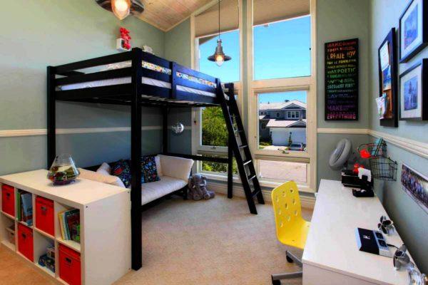 кровать-чердак с наклонной лестницей