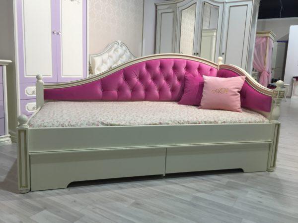 диван девочки с подушками