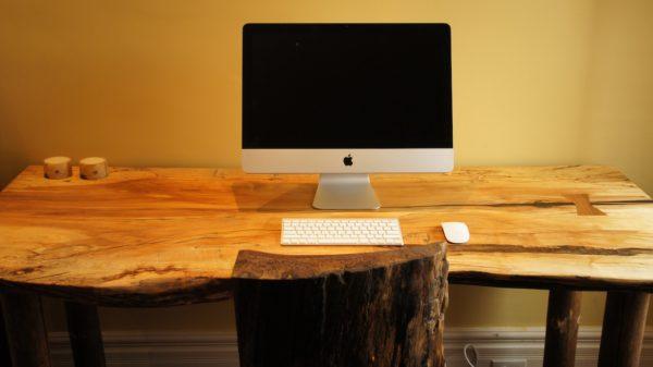 грубо обработанный стол