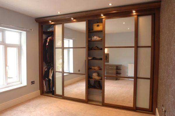 шкаф-купе с зеркалом на дверце