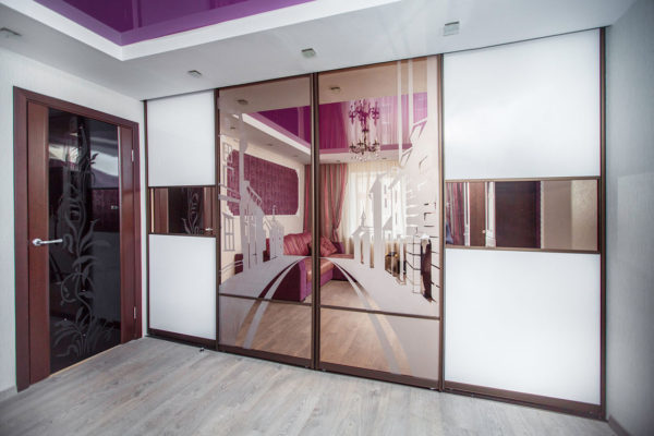 рисунок на дверцах розового шкафа