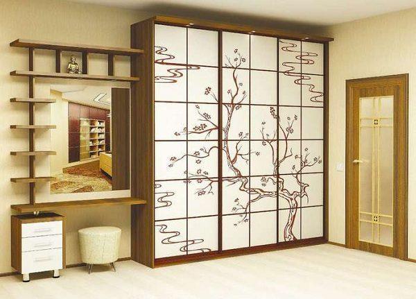 рисунок дерева на шкафу-купе
