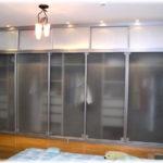 шкаф с полпрозрачными дверцами