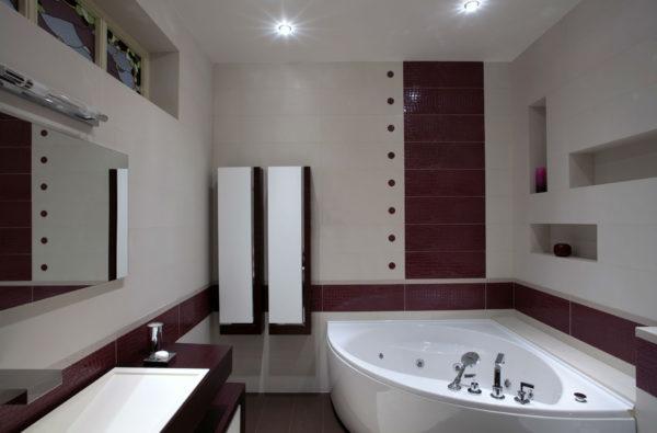 сиреневая ванная комната с угловой ванной