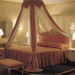балдахил в спальне классического стиля