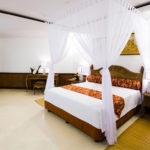 белая кровать с балдахилом