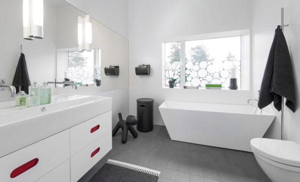 белая ванная комната в загородном доме