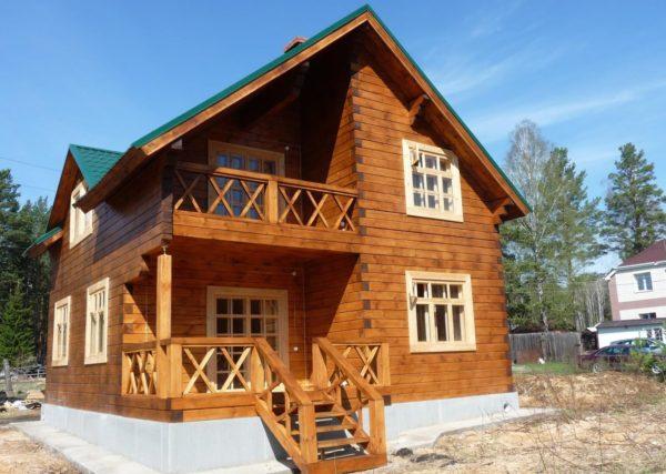двухэтажный дом с лестницей