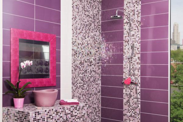 фиолетовая ванная комната с душем
