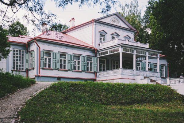 газон в загородном доме