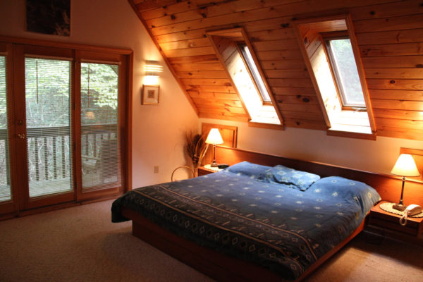 кровать на чердаке загородного дома