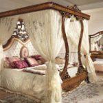 кровать с балдахилом в спальне