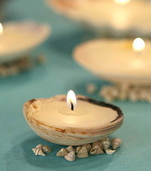 множество раковин со свечами