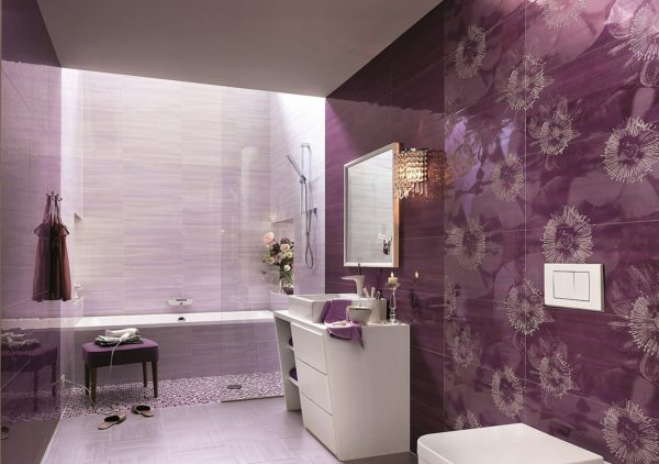 небольшая фиолетовая ванная комната