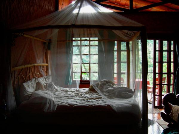 оригинальная кровать с балдахилом