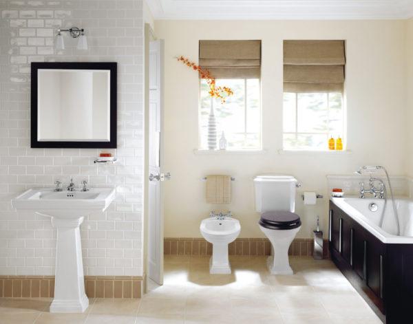 просторная ванная комната белого цвета