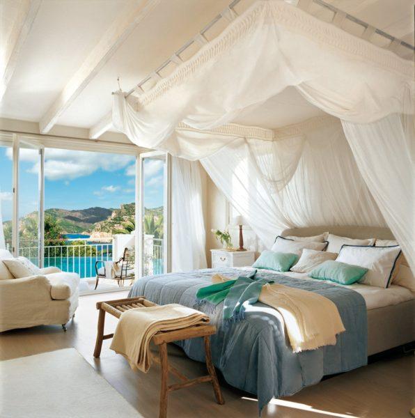 спальня с балдахилом и балконом
