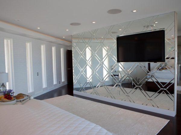 телевизор в спальне с зеркалом