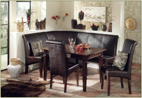кухонный столик в углу