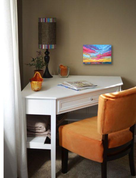 столик в углу квартиры