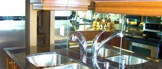 Особенности зеркальных фартуков на кухни